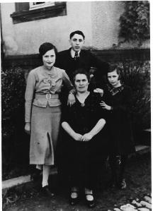 Frieda med sina 3 barn