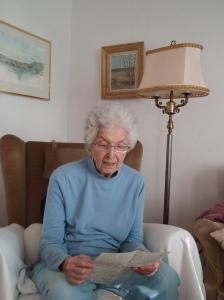 Wilma läser sin pappas brev, 16 mars 2011. Foto: Carolyn Östberg
